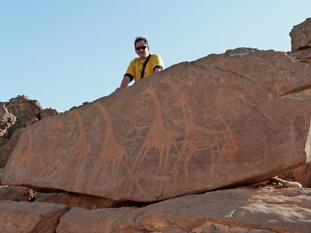 Sele en una roca con jirafas en Jebel Uweinat (Sáhara, Egipto)