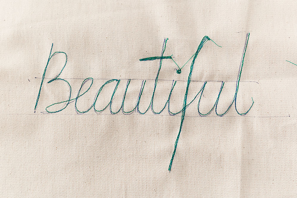 DIY Tote bag con palabras bordadas · DIY Words Embroidered Cotton Canvas Tote Bag · Fábrica de Imaginación · Tutorial in Spanish