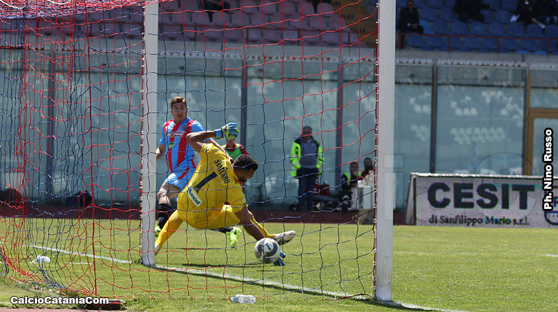 Andrea Mazzarani supera Santurro portando in vantaggio il Catania sul Siracusa