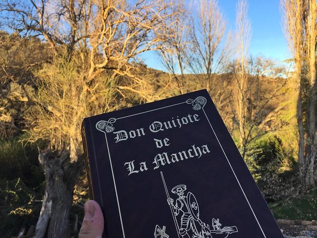 Con un volumen del Quijote en Venta del Celemín (Ossa de Montiel, Albacete)