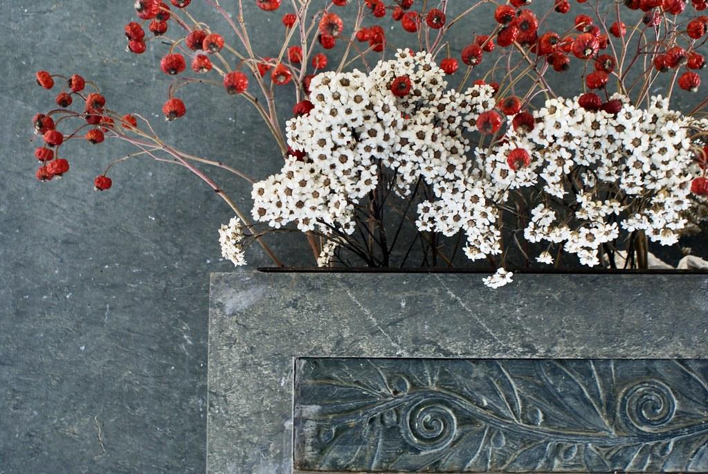 Les fleurs séchées se suffisent à donner une allure art nouveau à certaines tombes.
