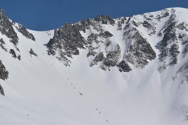 雪の千畳敷カールと登山者