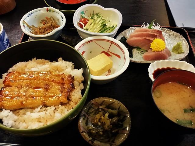三島「源氏」のうなぎ丼と刺身定食