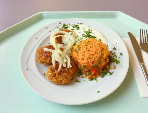 Bifteki with fresh onions, tzatziki & tomato rice / Bifteki mit Tzatziki, frischen Zwiebeln & Tomatenreis
