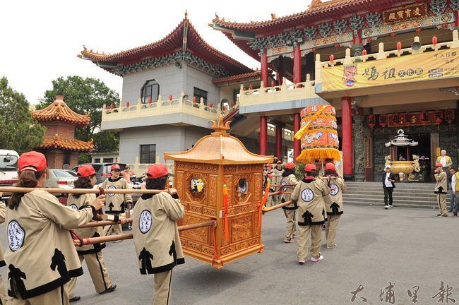 埔里天后宮媽祖文化節採用輕量神轎,遶境全程採用步行。(柏原祥 攝)