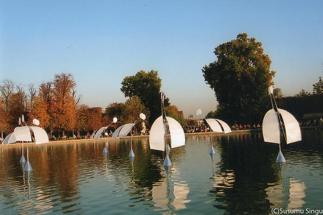 「光のシンフォ二エッタ」の展示(2012年、パリのチュイルリー公園)