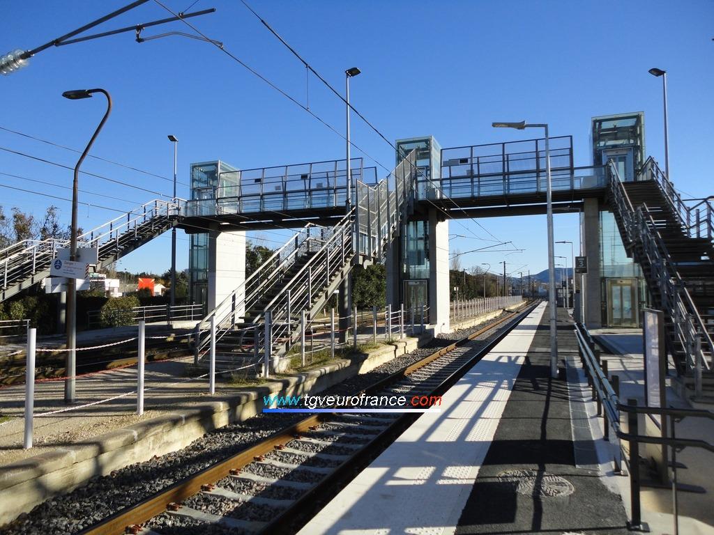 La passerelle de la gare de La Penne-sur-Huveaune enjambant les trois voies