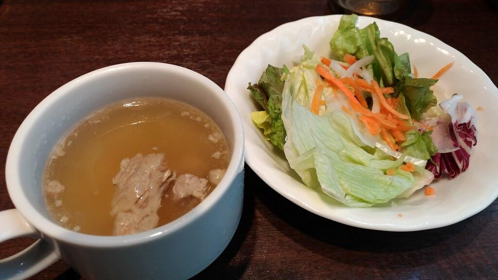 「いきなり!ステーキ」三田店のスープとサラダ
