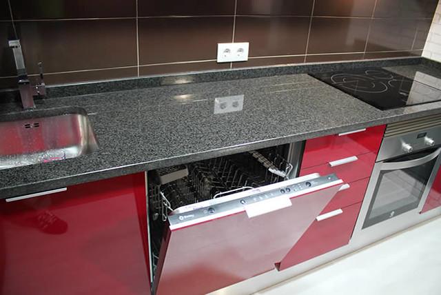 Dise o de cocinas en getafe rey rojo con gris clarito for Cocinas con granito gris