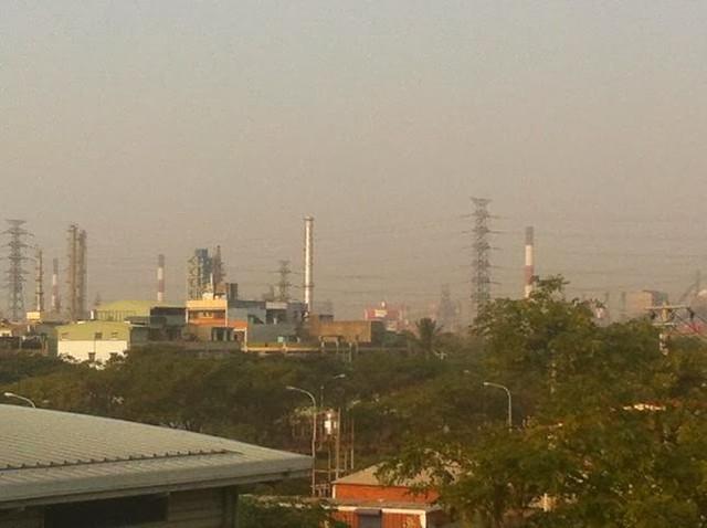 被工業區包圍的大林蒲,天空總是灰濛濛一片 空氣汙染已經是全台最嚴重的地區。攝影:洪輝祥