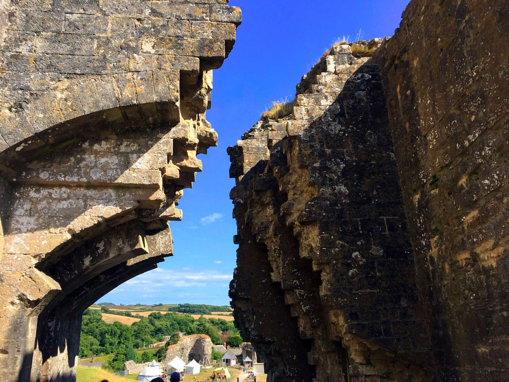 """Castillo de Corfe - La Bruja Novata - Inglaterra castillo de corfe - 32823883176 286f0a15b4 b - Escenarios de """"La Bruja Novata"""" – Castillo de Corfe"""