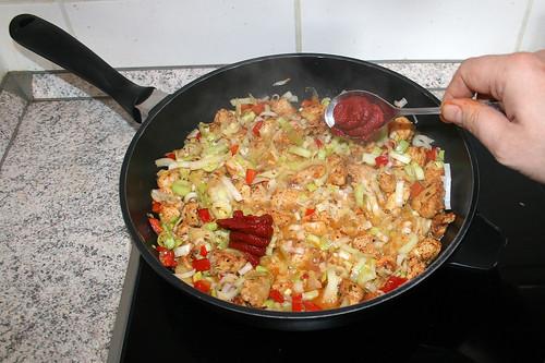 37 - Tomatenmark hinzufügen / Add tomato puree