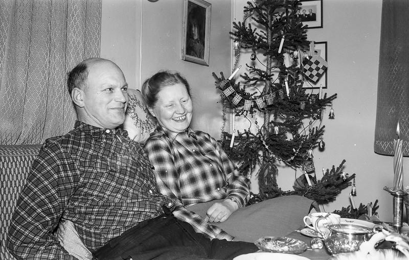 PEM-SCH-S00137 Mann og kvinne foran juletre