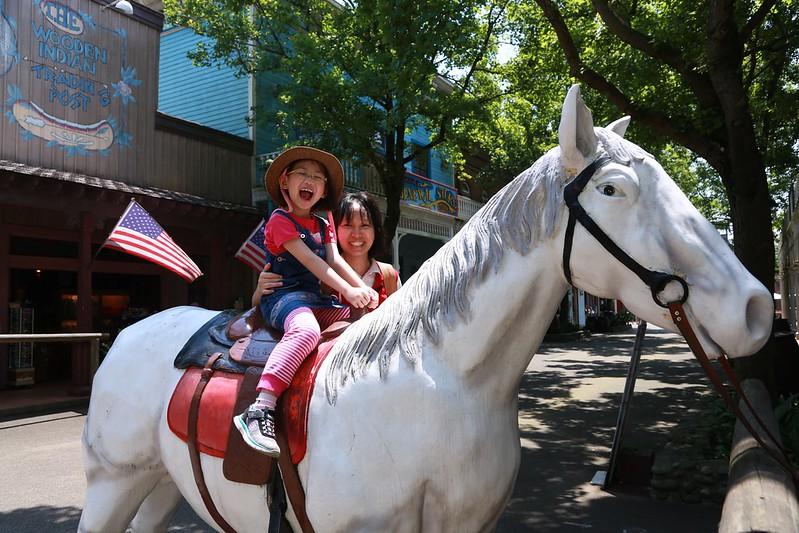 騎在馬背上