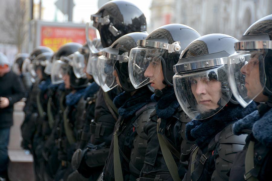 Полицейские в шлемах на митинге