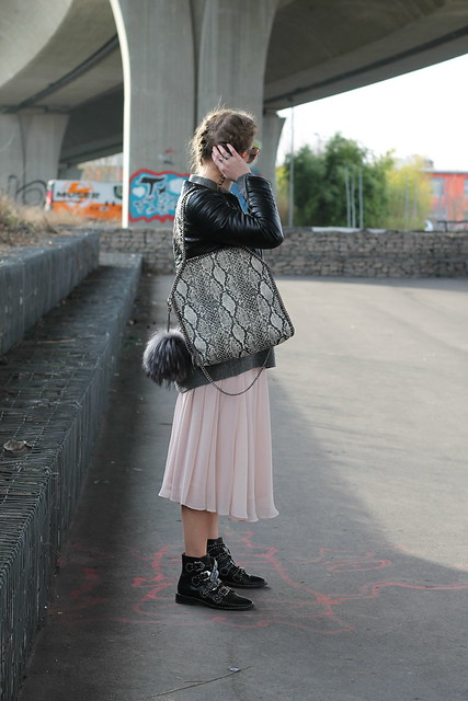 midi-skirt-and-boots-whole-look-wiebkembg