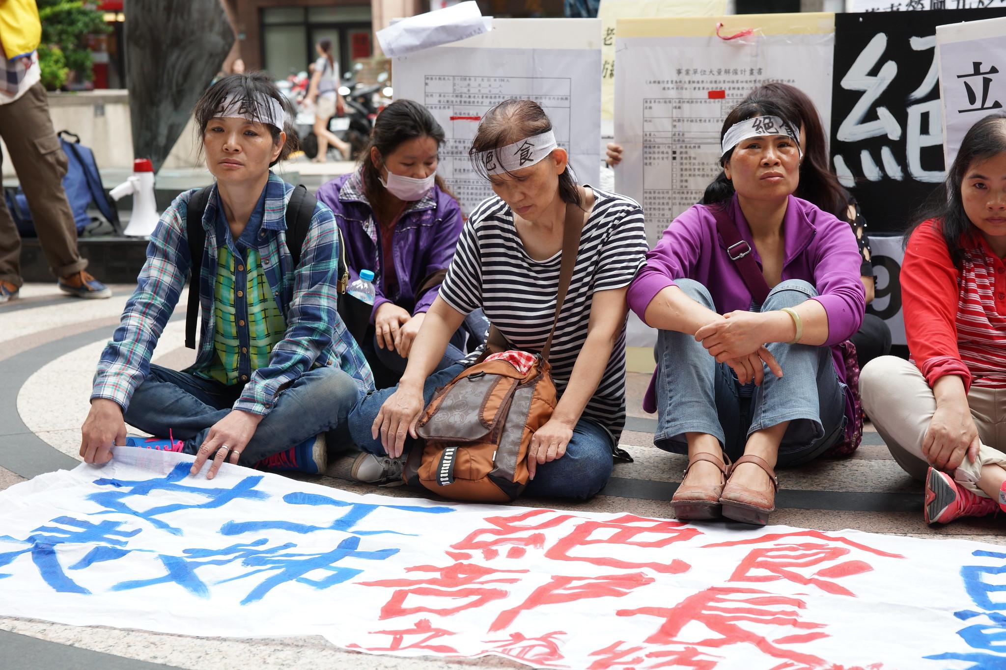 工會在勞動部前。(攝影:王顥中)