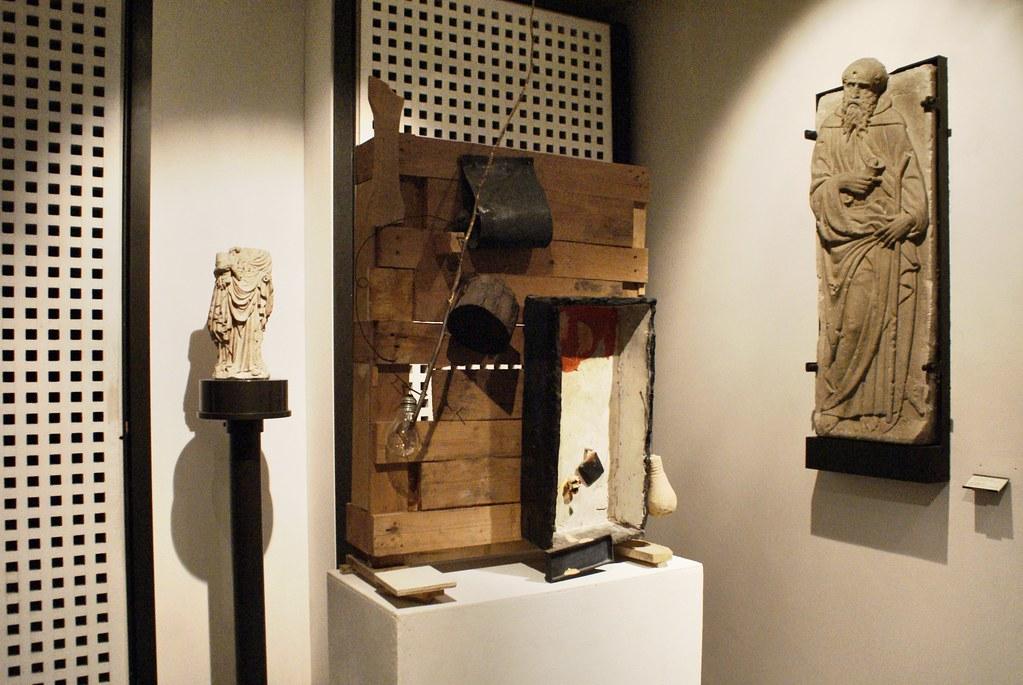 Mélange d'art moderne et sculptures médievales.