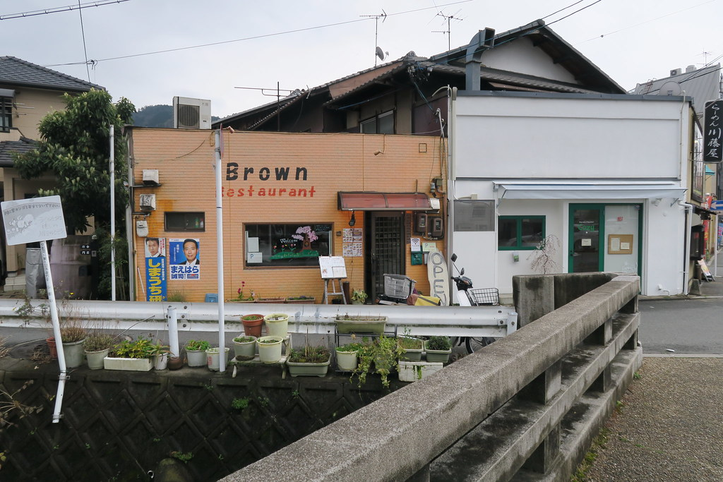ブラウン Brown Restaurant 的外觀是淺棕色,在住宅區中顯得特別顯眼