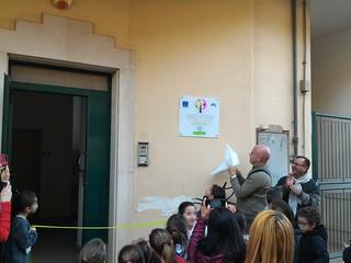 Il momento in cui il sindaco ha scoperto la targa all'ingresso