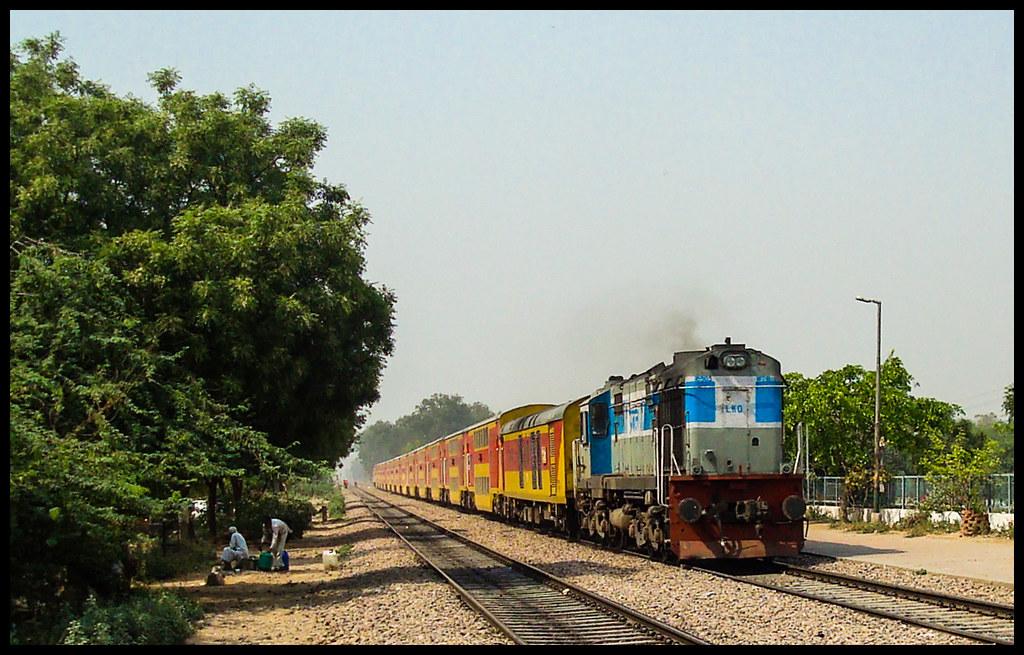 ... 12985 JP-DEE Double Decker Express   by Ashwin WAP5