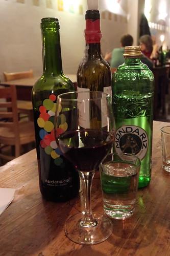 Rotwein Dardanelos und Wasser Mondariz (in der Vineria del Este in Berlin)