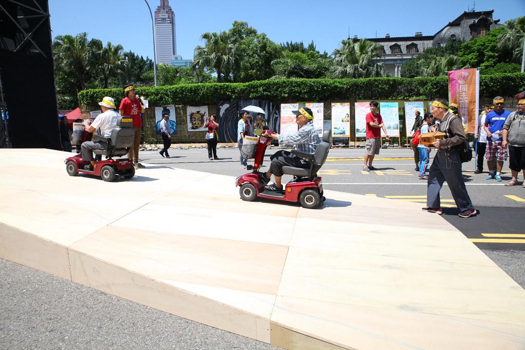 樂生院民以代步車前進大平台,表達重建樂生的希望。(攝影:陳逸婷)