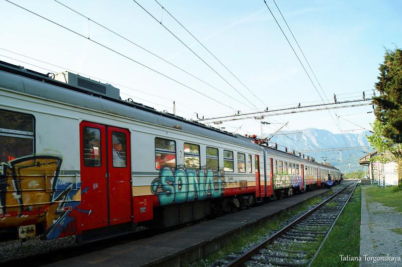 Поезд на железнодорожной станции Вирпазара