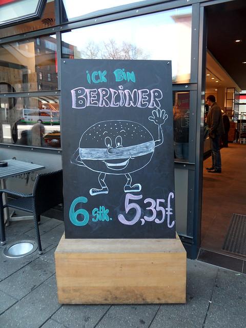 """Aufsteller vor einem Bäcker: """"Ick bin Berliner"""""""