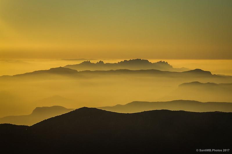 El perfil de Montserrat desde el Turó de l'Home y al fondo las montañas de Prades