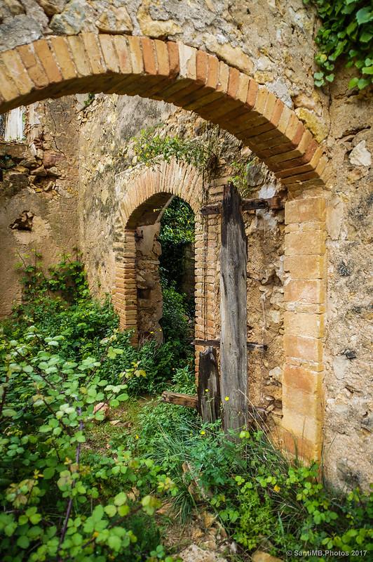 Restos de la puerta de una casa de Marmellar