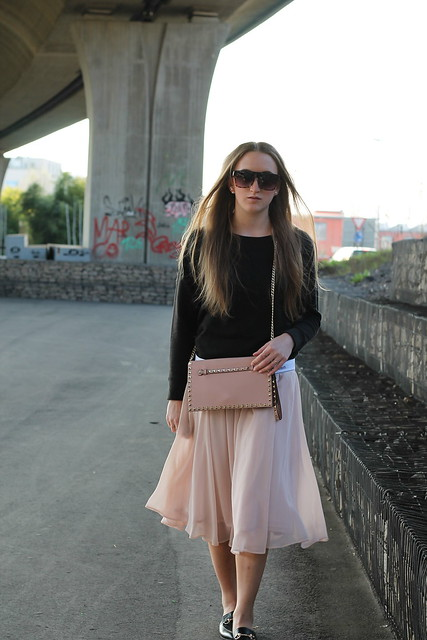 midi-skirt-and-calvin-klein-sweater-whole-look-walk-wiebkembg