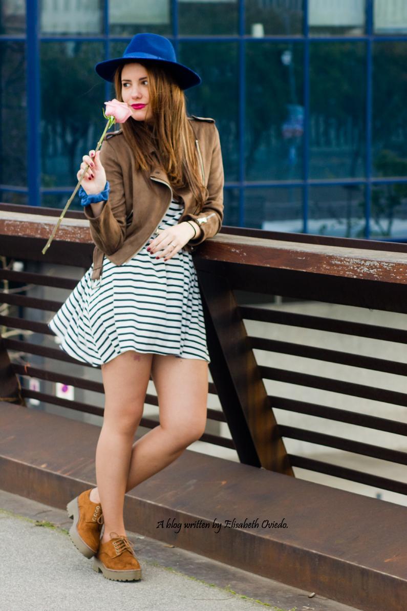 vestido navy chaqueta marrón sombrero azul stradivarius heelsandroses rosas barcelona (5)