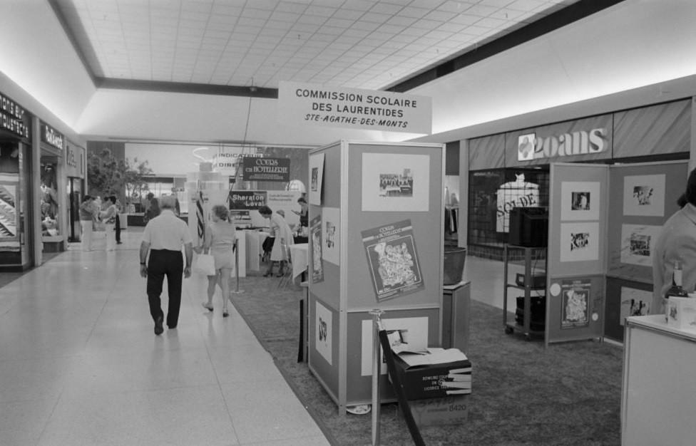 carrefour laval vue int rieur 1980 2 3 un corridor d flickr. Black Bedroom Furniture Sets. Home Design Ideas