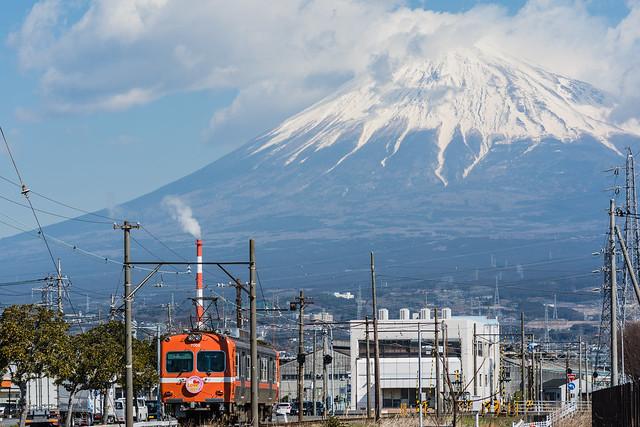 富士山と岳南電車を撮る