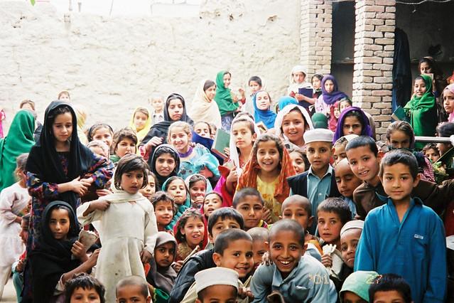 あどけないアフガニスタンの子供たちが、真の笑顔で迎えられるのはいつの日か(2003年 ジャララバード)