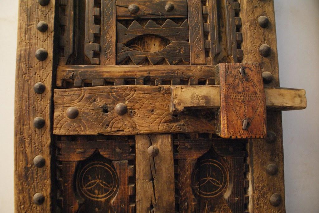 Porte en bois joliment décorée.