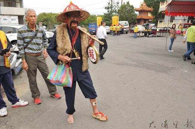 埔里天后宮媽祖文化節遶境,「報馬仔」的裝扮與配備不但逗趣也有考究。(柏原祥 攝)