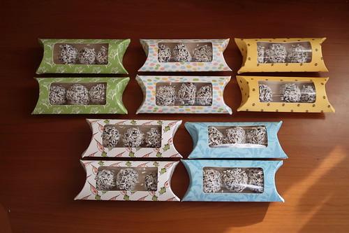 Dattel-Schoko-Kugeln mit Kokosflocken als Mitbringsel zu Ostern