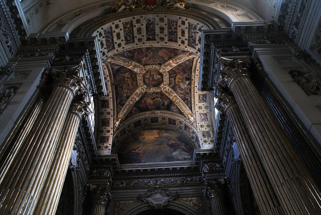 L'impressionnante décoration de l'intérieur de la cathédrale de San Pietro à Bologne.