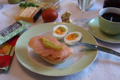 Brötchen mit Lachs und Honigsenf zum ersten Osterei
