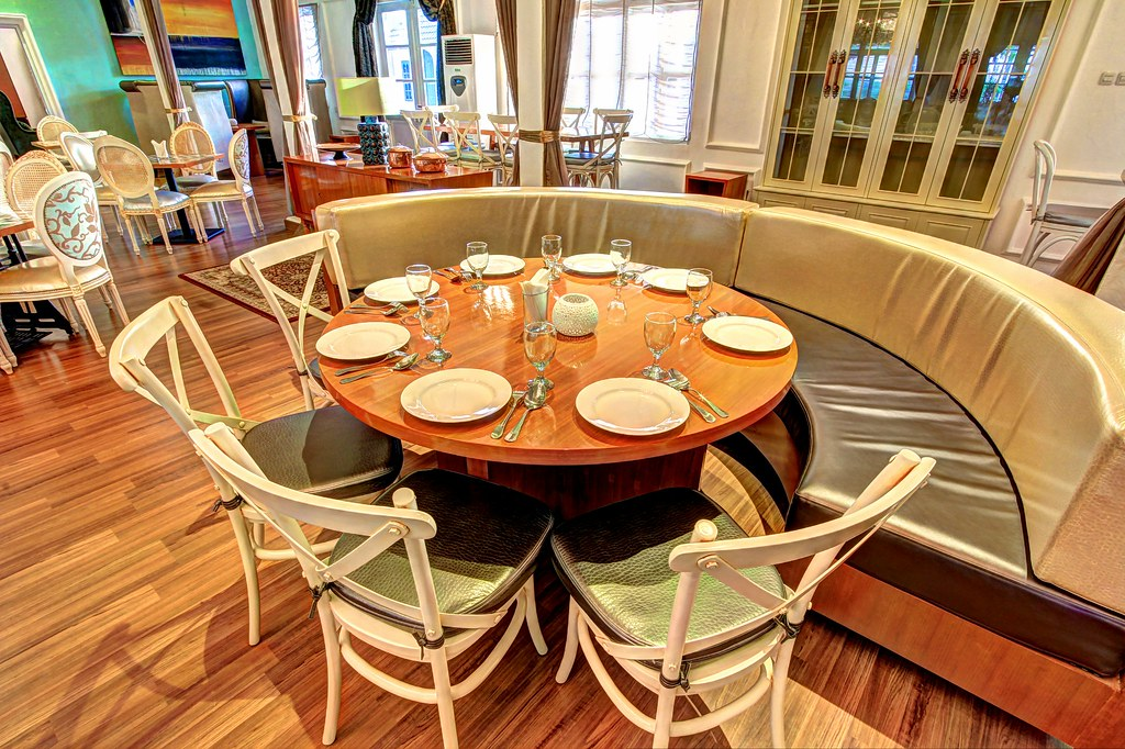 Round table kuto besak theatre restaurant palembang for Table table restaurants locations