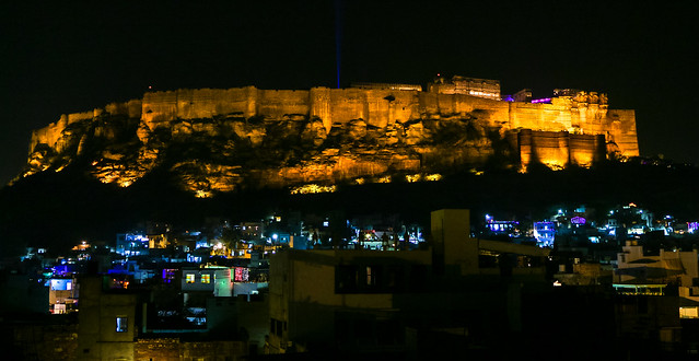 Illuminated Mehrangarh Fort and old city at night, Jodhpur, India ジョードプル メヘランガール・フォートと旧市街の建物のライトアップ
