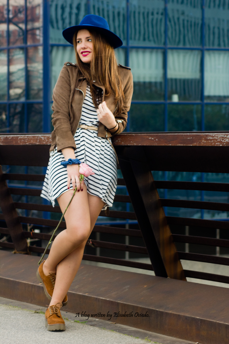 vestido navy chaqueta marrón sombrero azul stradivarius heelsandroses rosas barcelona (4)
