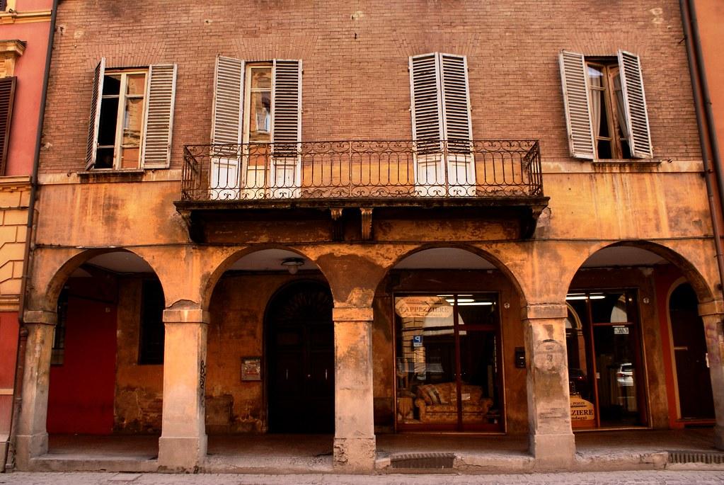 Arcades ou portiques de Bologne devenus un symbole de l'hospitalité de la ville.