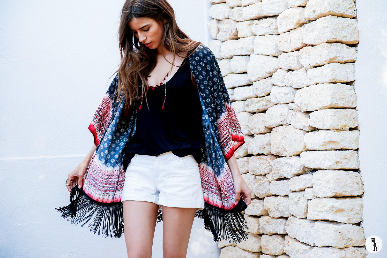 Shooting ETAM, Ibiza. Street style, kimono printemps-été sur modèle