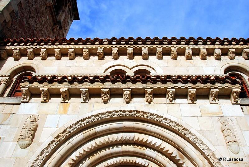 Ménsulas de la portada de la iglesia parroquial de San Miguel, Puente Viesgo, Cantabria