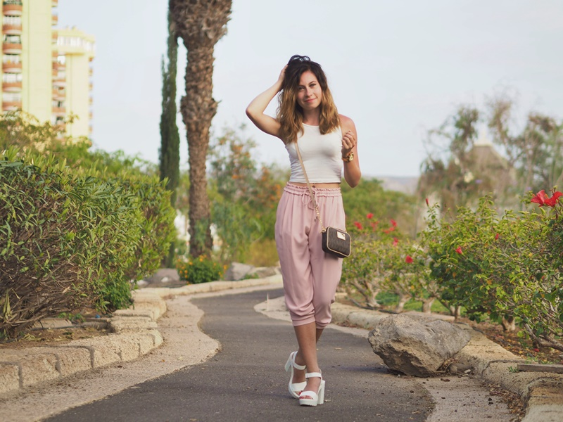 favorite-summer-outfit-asu-vaaleanpunaiset-housut-zara