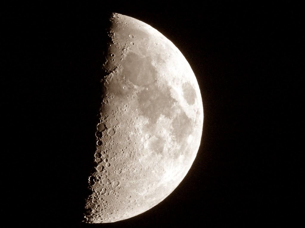 La #Luna en cuarto #Creciente (visible un 51%) la noche de… | Flickr