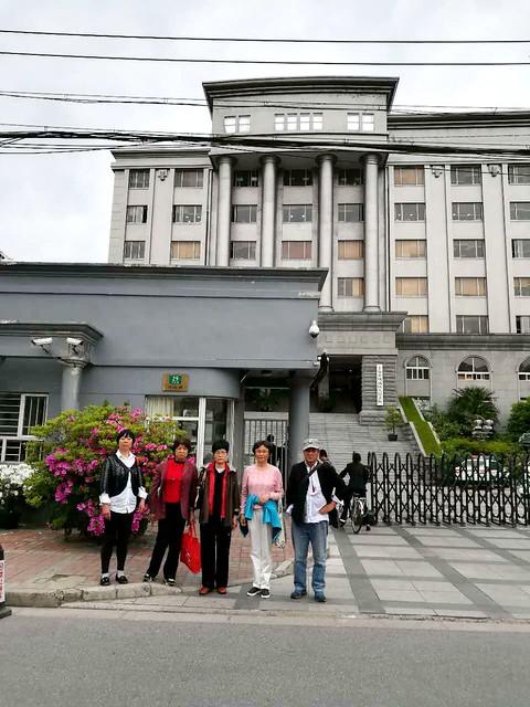 20170425-徐佩玲等五人在杨浦法院总部门前